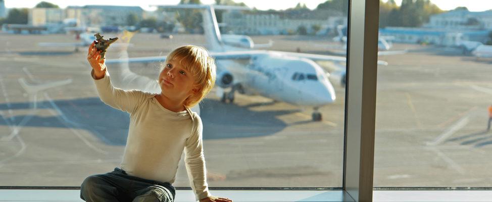 Corona: Darf ein getrennt lebender Elternteil mit Kindern eine Flugreise unternehmen?